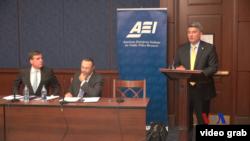 科羅拉多州的共和黨參議員科里·加德納(右)和維吉尼亞州的民主黨參議員馬克·沃納(左)星期二宣布成立參議院第一個網絡安全工作小組。(視頻截圖)