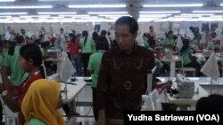 Presiden Jokowi berdialog dengan pekerja pabrik tekstil di Wonogiri. (VOA/Yudha)