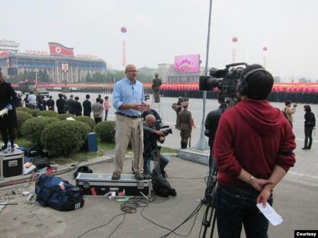 前环球电视驻泰国曼谷特约记者、华裔英国籍郑理现(Tony Cheng) 于北韩现场采访报道。(照片提供:郑理现)