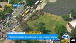 加州当地KABC电视台的视频截图显示,圣伯纳蒂诺出事的北园小学的师生撤出学校(2017年4月10日)