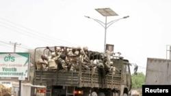 Des soldats transportés dans un camion dans l'État de Borno, Nigeria, le 4 mai 2015.