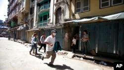 Người dân Nepal chạy đến nơi trú ẩn an toàn sau trận động đất ngày 12/5/2015.
