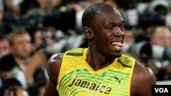Usain Bolt merayakan kemenangannya pada nomor lari 100 meter di Olimpiade Beijing 2008.