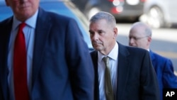 ژنرال بازنشسته جیمز کارترایت قبل از ورود به دادگاه