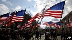 美国海军陆战队的成员11月11日在宾夕法尼亚州游行,庆祝退伍军人节