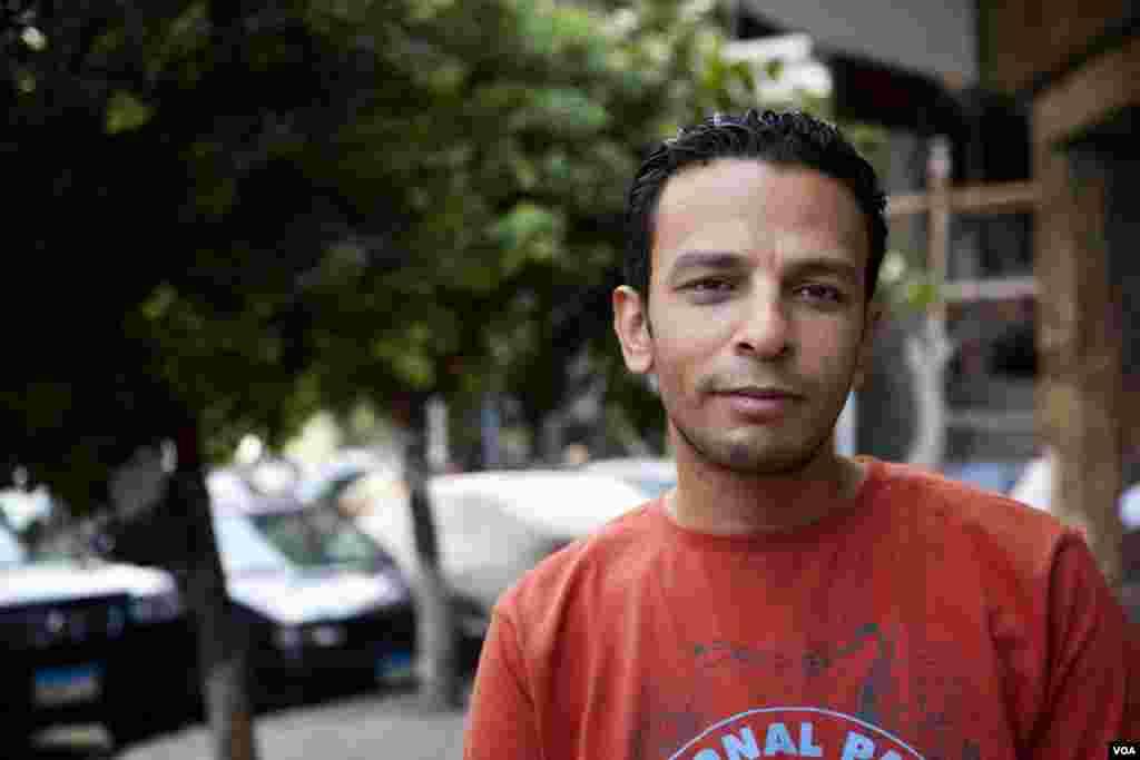 """Mahmoud, portier au Caire, pense qu'Obama """"pourrait aider l'Egypte. Il est bon, l'Egypte l'aime, il est aimé au Caire."""" (Y. Weeks/VOA)"""