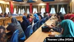 Suasana rapat di ruang Bantaya kantor Wali Kota Palu, Minggu 15 Maret 2020, untuk membahas rencana meliburkan kegiatan belajar-mengajar di 400 sekolah di Kota Palu mulai 17 Maret 2020. (Foto: Yoanes Litha/VOA)