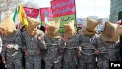 شبیهسازی ملوانان دستگیر شده آمریکایی در راهپیمایی 22 بهمن 1394