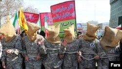 شبیهسازی ملوانان دستگیر شده آمریکایی در راهپیمایی 22 بهمن