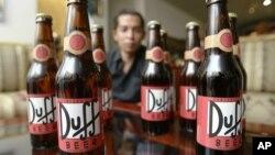 En esta foto, un empresario enseña botellas de la versión mexicana de la cerveza Duff. En Colombia DuH Beer, que cuenta con 4,3 grados de alcohol, es vendida por un precio que oscila entre los 4 y 6 dólares.