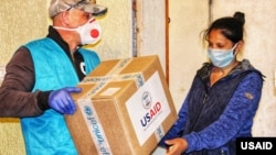 USAID မွ Ukraine ႏိုင္ငံအတြင္း ေထာက္ပံ႔ပစၥည္းမ်ား ေပးေနစဥ္