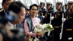 Bộ trưởng Ngoại giao Myanmar Aung San Suu Kyi tại sân bay Suvarnabhumi, Thái Lan, ngày 23/6/2016.