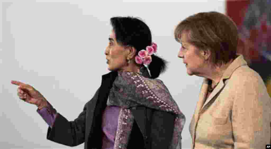 German Chancellor Angela Merkel, right, and Myanmar Opposition Leader Aung San Suu Kyi are talking about the view from the chancellery prior to their meeting in Berlin, Germany, Thursday, April 10, 2014. (AP Photo/Markus Schreiber)