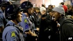 Một người biểu tình lớn tiếng với cảnh sát ở thành phố St. Louis, tiểu bang Missouri.