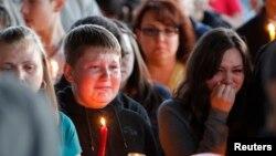 Estudiantes y familiares participaron en una vigilia en memoria del alumno asesinado, Emilio Hoffman, de 14 años.