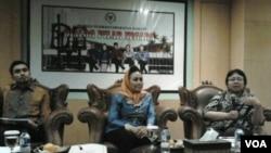Diskusi masalah perwakilan perempuan dalam parlemen Indonesia di Jakarta (17/2). Dari kiri ke kanan: Adjie Alfarabi (Peneliti lSI), Melani Leimena Suharli (Wakil Ketua MPR), Ani Sucipto (Pengamat Perempuan UI)).