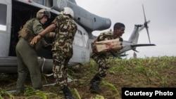 美国海军陆战队军人从直升机上卸下救援尼泊尔灾民的物资(2015年5月11日,美国海军陆战队图片)