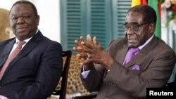 PM Zimbabwe Morgan Tsvangirai (kiri) bersama Presiden Robert Mugabe (foto: dok). Tsvangirai mengatakan, Zimbabwe akan menyelenggarakan pemilu presiden dan parlemen bulan Juli.