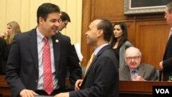 El congresista Luis Gutiérrez, derecha, conversa con los legislador republicano, Raúl Labrador.