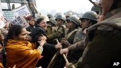 印度警察2012年12月23日在新德里设法阻止女性抗议者进行示威行动。这些抗议者针对一名23岁的女学生在公车上被轮奸和殴打事件而进行示威行动