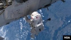 Các phi hành gia trong phi hành đoàn của Trạm Không gian Quốc tế đã bắt đầu một cuộc đi bộ trong không gian để sửa chữa một vụ rò rỉ khí amoniac của hệ thống làm nguội (ảnh tư liệu).