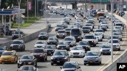 Las políticas habían sido diseñadas para hacer que los carros fueran más eficientes respecto al combustible usado y para reducir la contaminación.