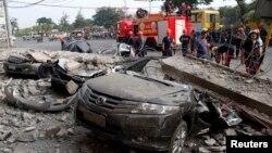 Xe cộ bị đè bẹp dúm sau trận động đất mạnh tại thành phố Cebu, miền trung Philippines, ngày 15/10/2013.