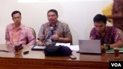 Tim Pembela Kemanusiaan, Rabu (13/4) di Yogyakarta memberikan penjelasan kelanjutan kasus Siyono, terduga teroris yang tewas ketika diperiksa Densus 88 (VOA/Munarsih).