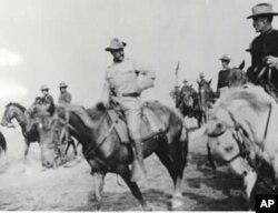西奥多·罗斯福(中)1898年与他的骑兵队在古巴