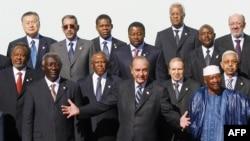 Jacques Chirac et les chefs d'Etat africains lors du sommet franco-africain à Cannes, le 15 février 2007.