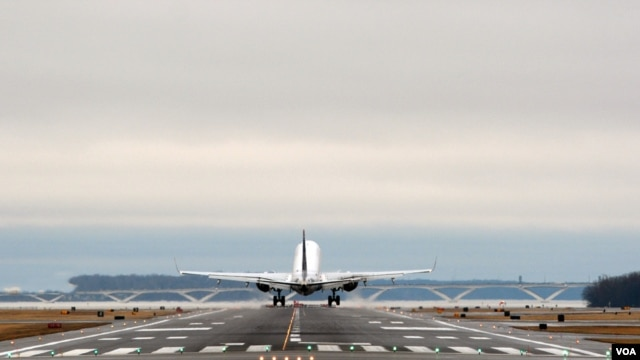 A plane is taking off at Reagan Washington National Airport outside Washington, D.C. (Photo by Diaa Bekheet)