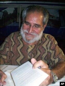 """Pepetela concede autógrafos no lançamento do seu livro """"Crónicas com Fundo de Guerra"""""""