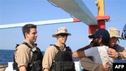Thủy thủ trên tàu USS Kidd của Mỹ đón chào các thủy thủ tàu đánh cá Iran bị bắt làm con tin ở biển Ả Rập, ngày 6 tháng 1, 2012