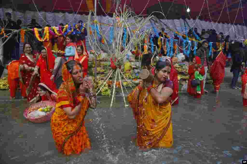 زنان نپالی با شستشوی خود در رودخانه باگماتی در نزدیکی شهر کاتماندو، به استقبال یک جشنواره باستانی هندوها، موسوم به چات پوجا می روند.