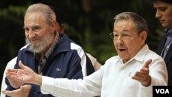 Presiden Kuba Raul Castro (kanan) bersama kakaknya, Fidel Castro dalam upacara penutupan Kongres Partai Komunis di Havana (19/4).