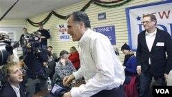 El ganador de la votación del Partido Republicano en Nueva Hampshire, Mitt Romney, durante una visita a la sede de su campaña en Manchester.