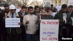 Pendukung pembatasan senjata berdemonstrasi di depan Gedung Putih setelah penembakan di Newtown, Connecticut. (Foto: Reuters)