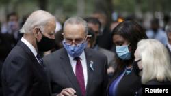 Ish-Nënpresidenti Joe Biden duke biseduar me Senatorin Schumer në përvjetorin e 19-të të sulmeve terroriste në Nju Jork (11 shtator 2020)