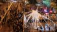 防暴警察对示威学生使用催泪瓦斯