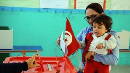 突尼斯人在首轮选举中投票(2014年11月23日)