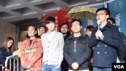 前学生领袖黄之锋(右一)等人周三在高等法院前与支持者见面