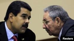 """Venezuela y Cuba tienen suscrito un convenio en virtud del cual la isla envía a su aliado médicos y """"asesores"""" a cambio de petróleo."""