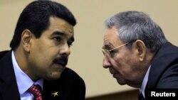 La realidad económica de Venezuela pone en duda que Nicolás Maduro pueda seguir subvencionando al gobierno cubano.
