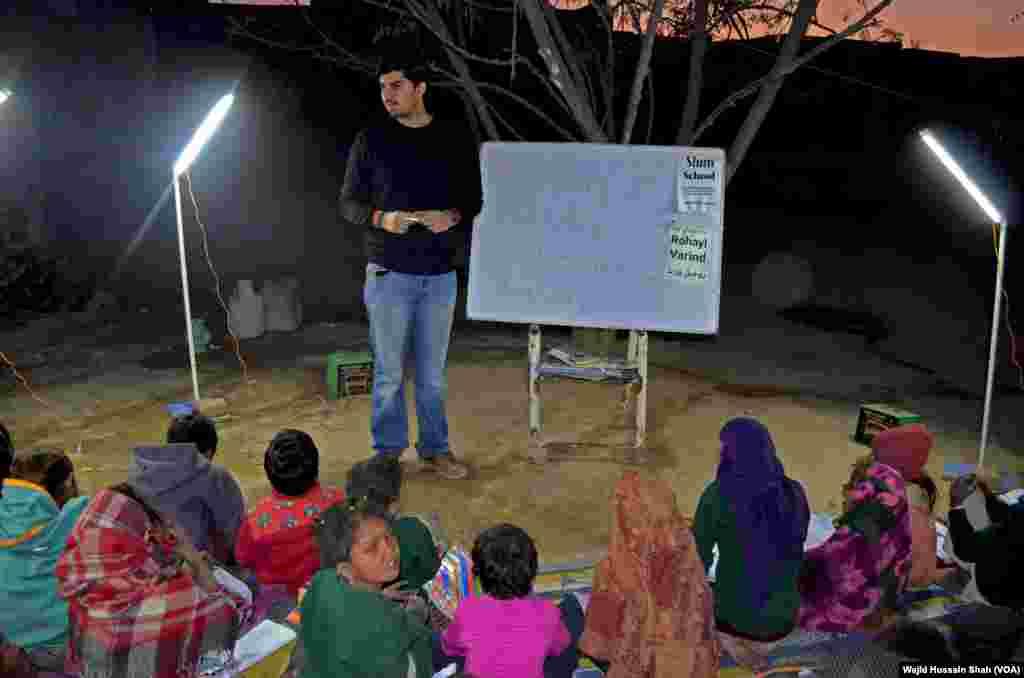 فیصل آباد کے مضافات میں شام ہوتے ہی ایک نوجوان روحیل ورنڈ دن بھر محنت مزدوری کرنے والے بچوں کو تعلیم دینے میں مصروف ہوجاتے ہیں۔
