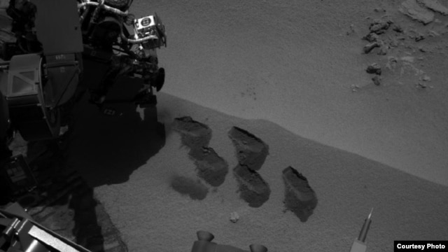 Marks on Mars where Curiosity rover scooped dirt for analysis (NASA photo)