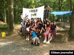 နယ္သာလန္ႏိုင္ငံမွာ ျမန္မာ့အေရး ရန္ပုံေငြရွာတဲ့အေနနဲ႔ ျပဳလုပ္ခဲ့တဲ့ Bike for Burma စက္ဘီးစီးပြဲ ပုိစတာေရွ႕ အမွတ္တရ ဓာတ္ပုံ႐ုိက္ေနသူမ်ား။ (စက္တင္ဘာ ၁၈၊ ၂၀၂၁။ ဓာတ္ပုံ - CJ)