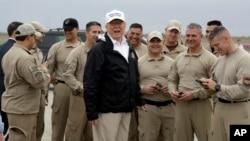 도널드 트럼프 미국 대통령이 10일 남부 국경지대인 리오그란데 지역을 방문한 후 워싱턴으로 떠나기 전, 매캘런 국제 공항에서 미 세관국경보호국 직원들을 향해 말하고 있다.