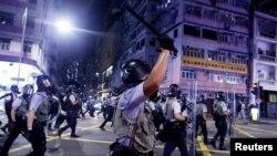 香港警察2019年8月14日在深水埗與反送中抗議者發生衝突。