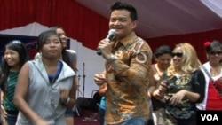 Hedi Yunus menggoyang warga Indonesia yang hadir dalam perayaan hari kemerdekaan di Wisma Indonesia, atau tempat kediaman dubes. Selain Hedi Yunus, tampil sejumlah bintang tamu lain.