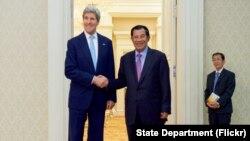 Ngoại trưởng Mỹ John Kerry và Thủ tướng Campuchia Hun Sen trước cuộc họp song phương tại Cung Hòa bình ở Phnom Penh, ngày 26/1/2016.
